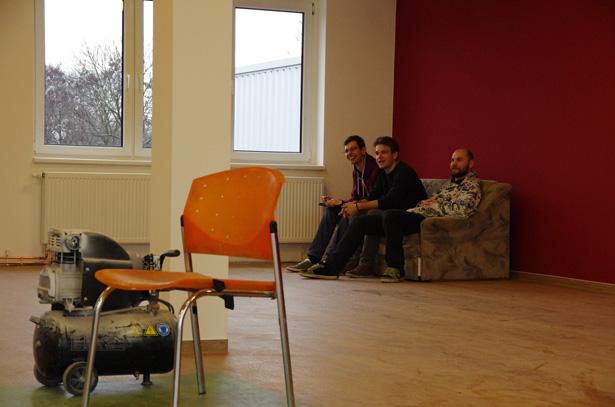 Drei Männer im Jugendraum